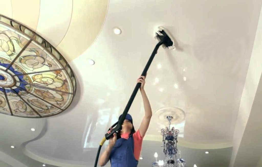 Самый эффективный способ помыть натяжные глянцевые потолки без разводов